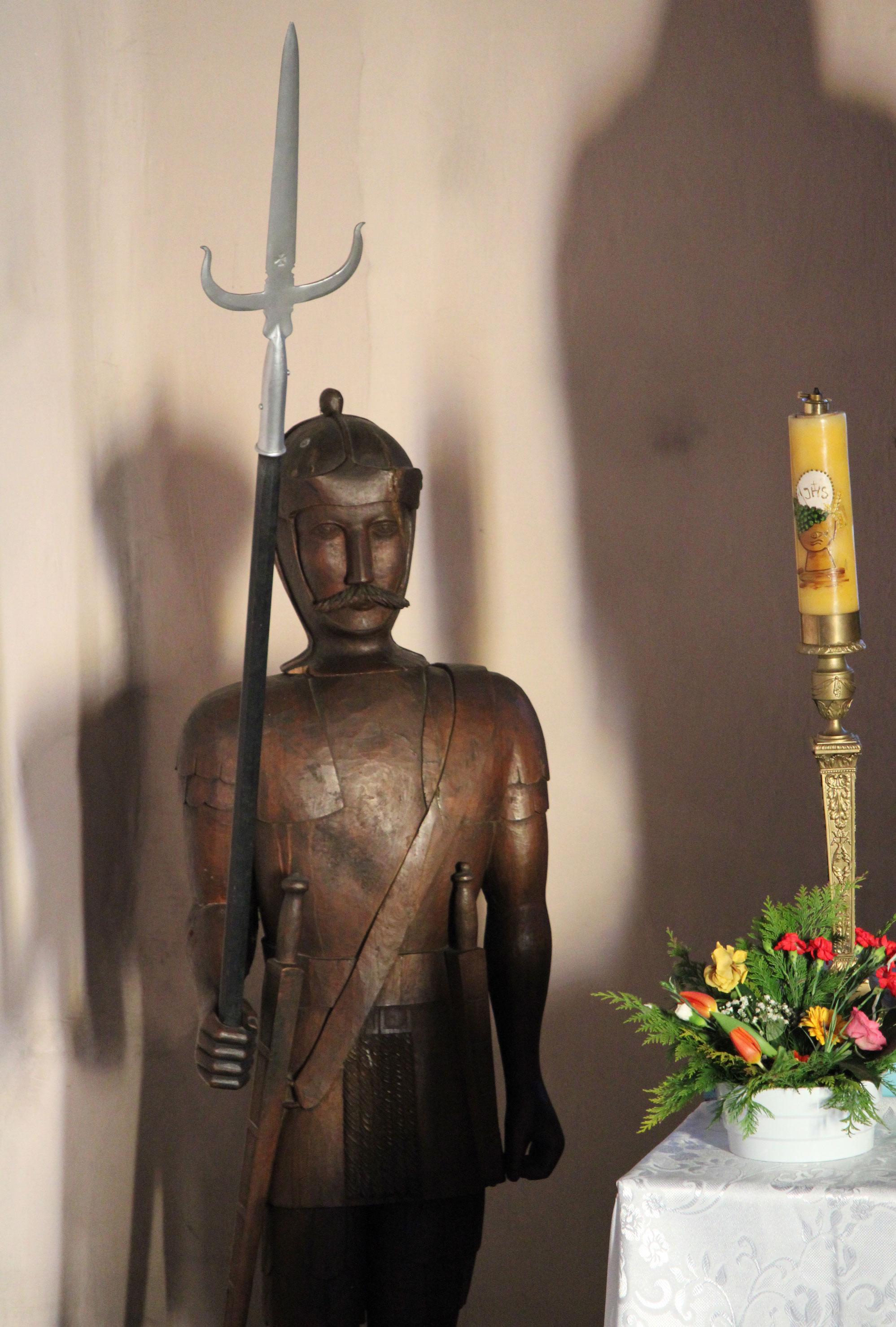 Żołnierz stojący obok krzyża