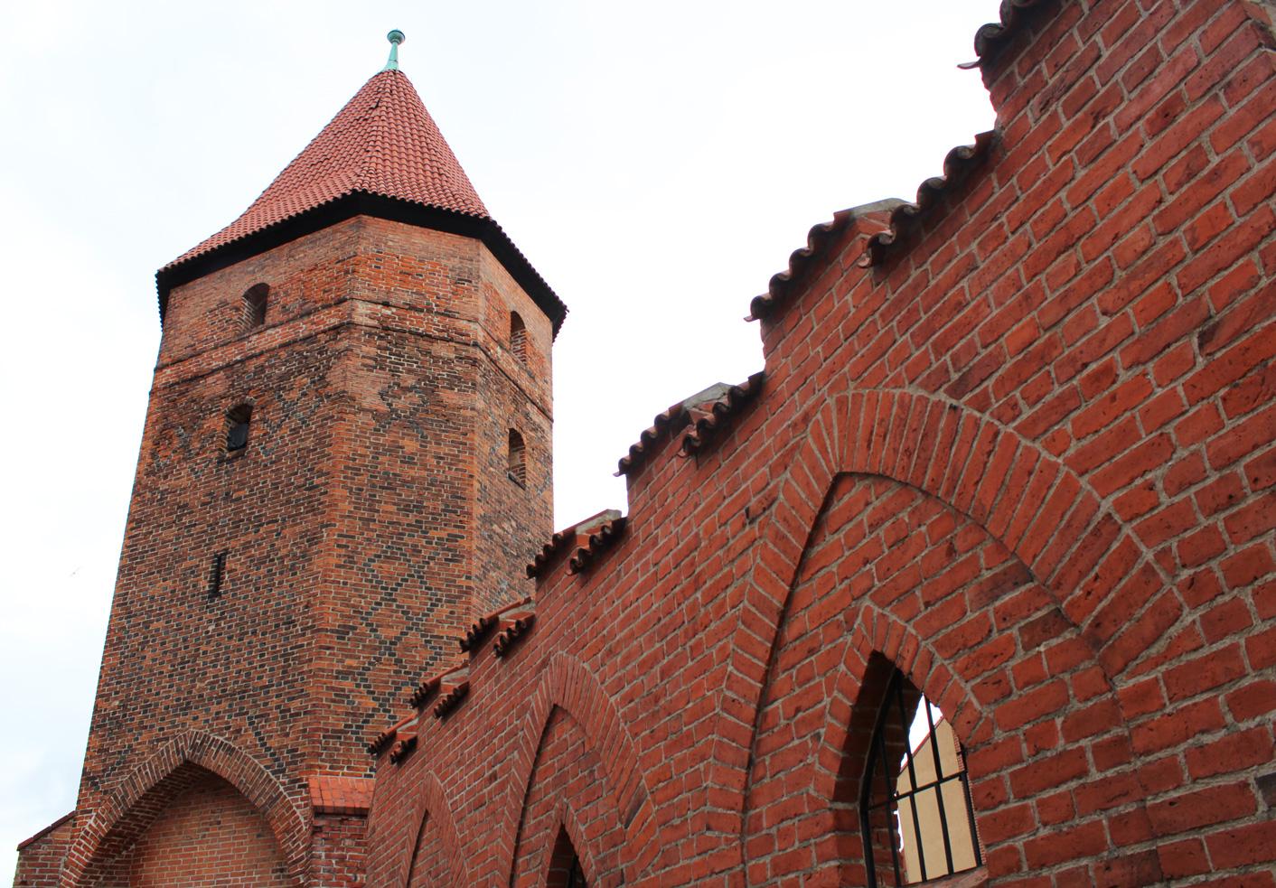 Baszta Bluszczowa. Na niej widać cegły zendrówki