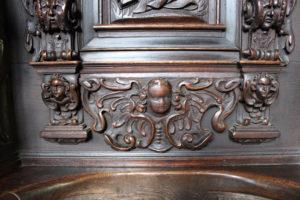 płaskorzeźbione anioły na stallach w Kartuzach
