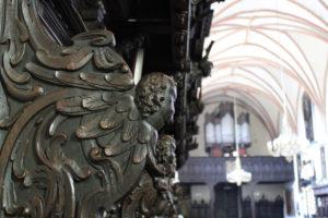 skrzydlaty anioł rzeźba na stallach w Kartuzach