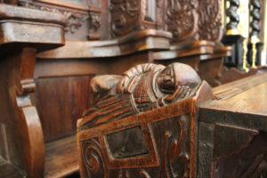 rzeźba modlący się mnich