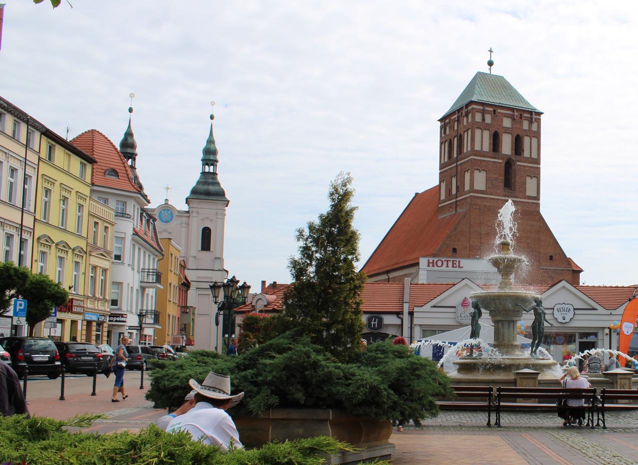 rynek miasta Chojnice wieże kościoła jezuitów i bazyliki gotyckiej