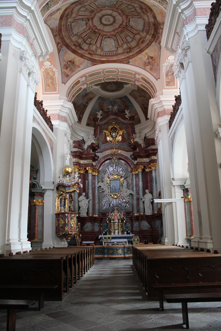 wnętrze kościoła jezuitów w Chojnicach widok na ołtarz główny