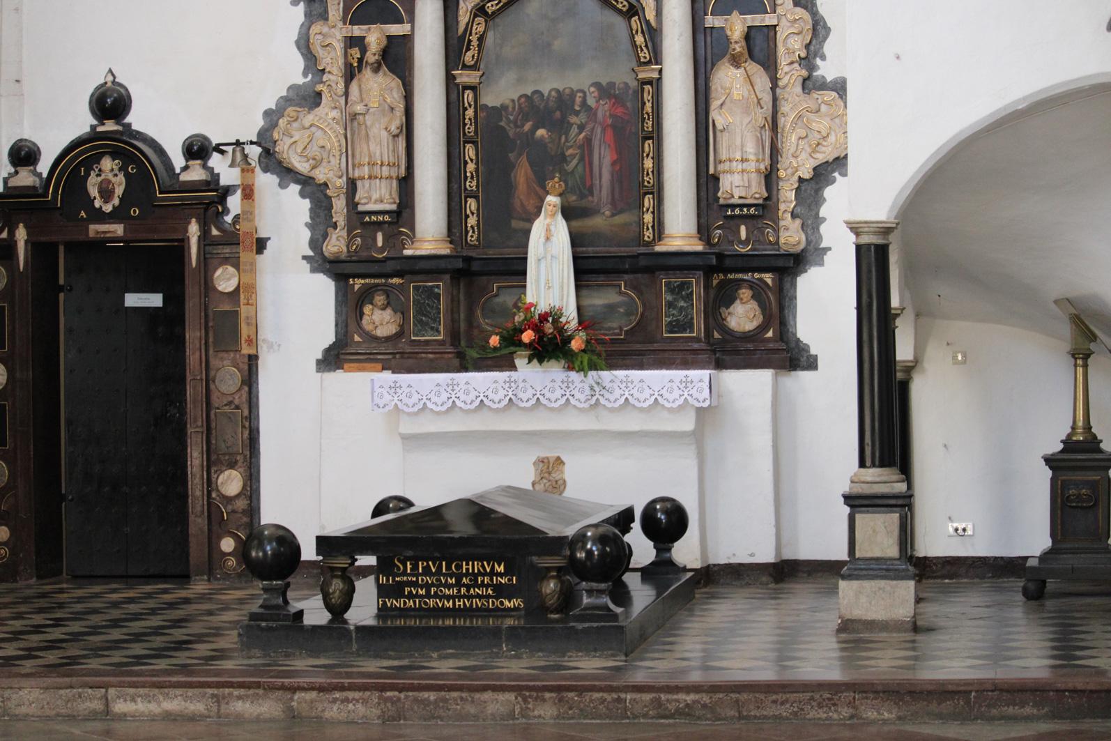 czarny marmurowy sarkofag