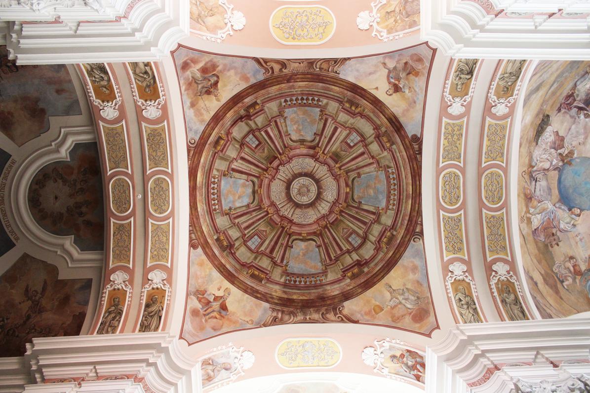 malarstwo iluzjonistyczne przedstawia wnętrze kopuły