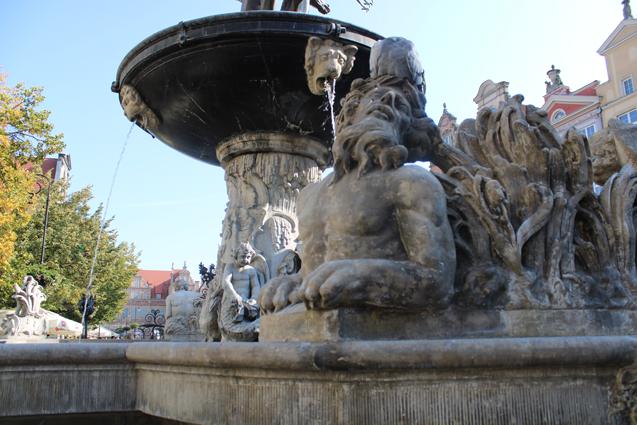 rzeźba morskiego potwora w fontannie Neptuna
