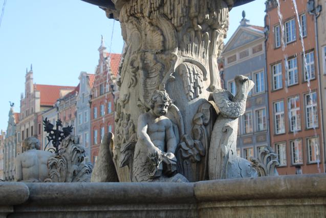 rzeźbiony trzon fontanny Neptuna