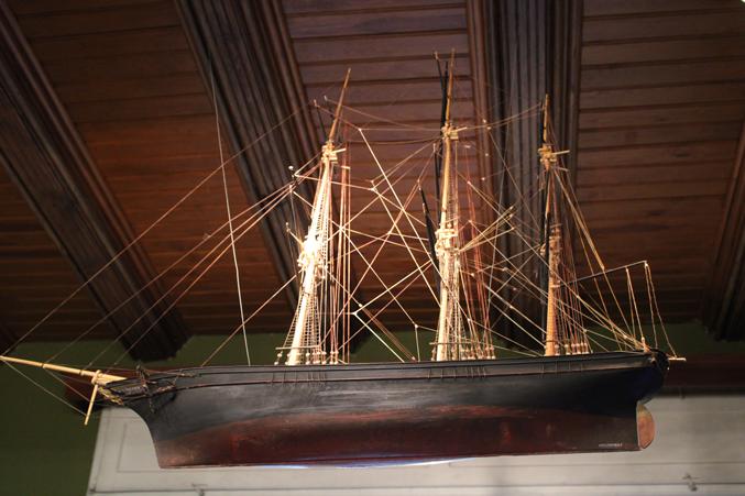 model okrętu zawieszony pod sufitem