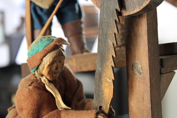 drewniana postać będąca elementem zabawki tracza