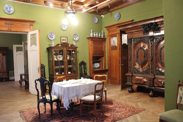 Widok na stół w jadalni i barokową szafę gdańską