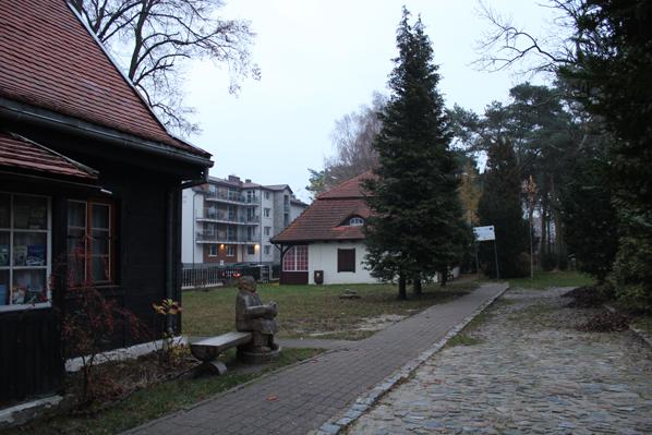 """Dom Hallera we Władysławowie, a w tle """"Adiutantówka"""""""