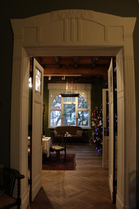 wejście do jadalni z dekoracyjnymi drzwiami