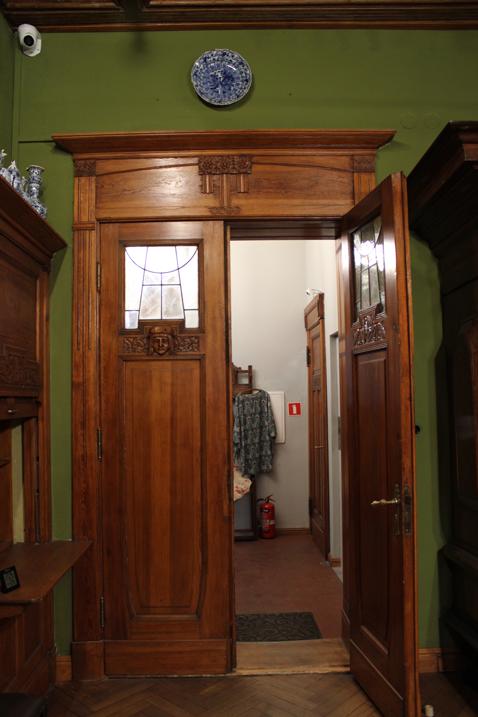 Otwarte drzwi z rzeźbionymi ozdobami