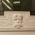 detal drzwi głowa mężczyzny